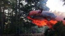 Il saute d'une voiture en feu et plonge dans un lac... Cascade incroyable