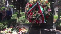 L'omaggio di vip e fan sulla tomba Camilleri: era un umanista