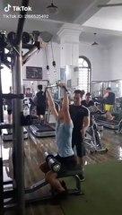 Thanh niên đi tập gym lại bị hiểu lầm là tập khinh công