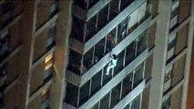 Spiderman : un homme descend la façade d'un bâtiment touché par un incendie