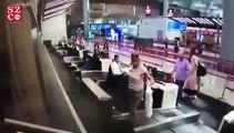 Une femme grimpe sur le tapis roulant pour bagages en pensant que cela la mènerait à l'avion