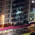 USA : Découvrez les images très impressionnantes d'un habitant d'un bâtiment de Philadelphie qui escalade la façade pour échapper à un incendie