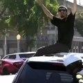 Il détruit une voiture de police sous les yeux des policiers