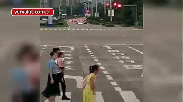 Paylaşım rekorları kıran video! Koltuk değnekli kızı sırtında taşıyarak yoldan geçirdi
