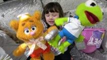 Sophia, Isabella e Alice Mostrando os Brinquedos do Bebê