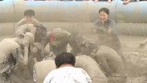 Güney Kore'nin geleneksel festivalinde ziyaretçiler baştan aşağı çamura bulandı