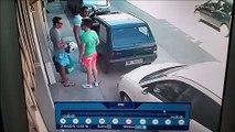 Il sort sa voiture de sa place de parking en la portant... Costaud