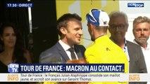 Emmanuel Macron félicite le cycliste Julian Alaphilippe qui a conservé son maillot jaune