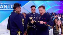 Trecho - Programa Silvio Santos (16/06/2019) (21h01) - Silvio ganha uma espada no programa (Silvio Santos imortal)   SBT 2019