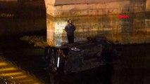 İzmir - Otomobil dereye uçtu: Sürücü yaralandı