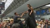 Parigi: lo spettacolo dei centauri alla gare de l'est