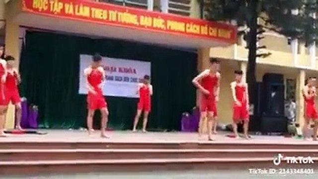 Nhìn nam sinh trường người ta nhảy cover hay như này có làm bạn xao xuyến