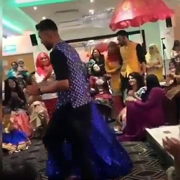 Pakistan fast bowler Muhammad Amir dance with wife on Bollywood song