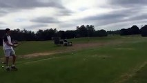 Golf : il tente un coup improbable.. et s'étale au sol !