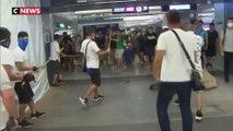 Hong Kong : des manifestants agressés par des hommes en blanc
