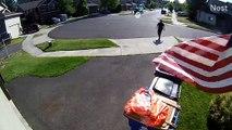 Un enfant se cache dans une poubelle pour échapper à un policier