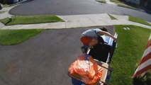 Un jeune garçon se cache dans une poubelle pour échapper à la police