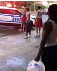 Elle appelle la police pour que des hommes stoppent leur bataille d'eau mais va se faire arroser