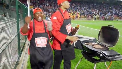 Ils font un BBQ derrière l'en-but en plein match