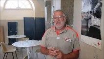 """Yves Leclerc, bénévole de la Croix Rouge de Pontarlier, explique le fonctionnement de la """"Pause fraîcheur"""" mise en place cette semaine de canicule"""