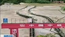 Überschwemmungen in China: Fluten reißen Brücke mit