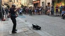 Tom, as du violon, des claquettes et du hula hoop