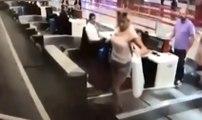 Cette femme pense que l'on accède à l'avion par le tapis roulant de dépôt des bagages
