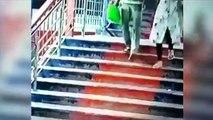 Mujer siniestra secuestra a una niña en una estación de tren