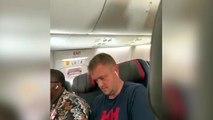 Mujer insulta y agrede a su novio por mirar a otras mujeres en el avión