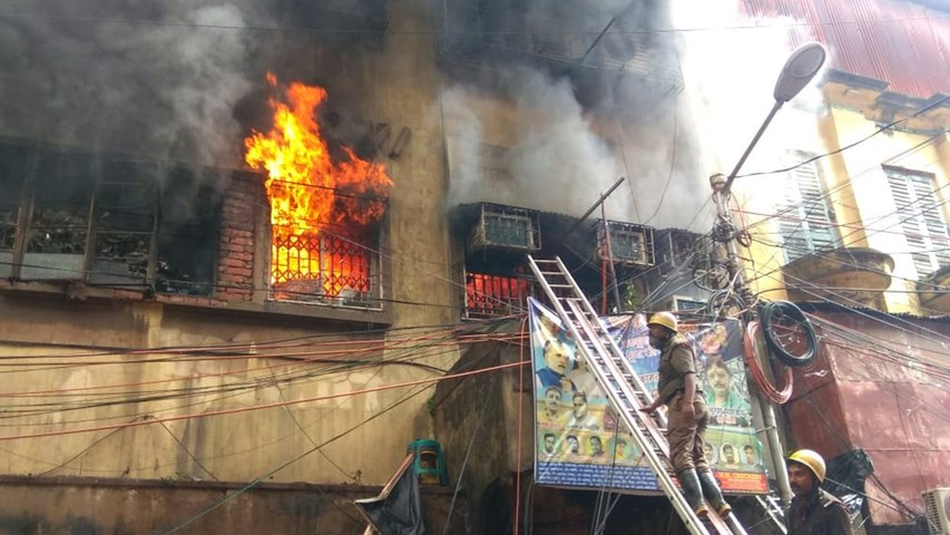 Massive fire breaks in Kolkata's Bagri market