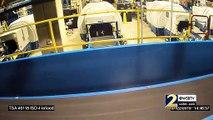 Un enfant fait un tour de tapis roulant à bagages