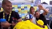 Cyclisme - Tour de France - Quand Alaphilippe donne son gilet à  un petit garçon frigorifié