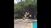 Il tente un plongeon très risqué au bord de la piscine