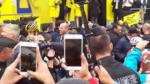 Remise du maillot jaune à Egan Bernal