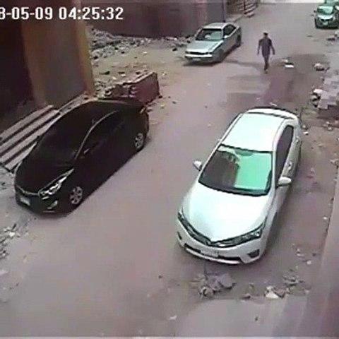Le voleur le plus débile de l'année se rate en essayant de casser une vitre de voiture