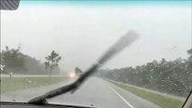 Effrayant : une foudre tombe à quelques mètres d'un automobiliste