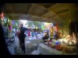 Des policiers dansent dans une fête