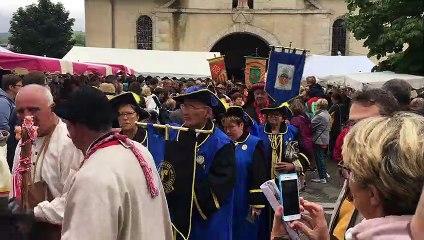 La procession des confréries devant l'église de Lacaune