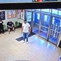 La vidéo effrayante d'un énorme qui pénètre dans un commissariat de New York avec un énorme couteau et nargue les policiers avant d'être neutralisé