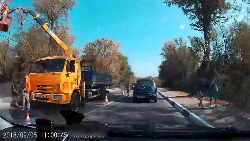 Un automobiliste se prend un poteau sur le pare-brise alors qu'il roule tranquillement