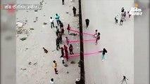 अमेरिका-मैक्सिको सीमा पर दीवार के विरोध में लगाए सी-सॉ झूले, बच्चे और बड़े झूल रहे