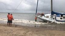 Coup de vent sur l'Ouest. Un voilier de 12 m échoué sur une plage de Saint-Nazaire