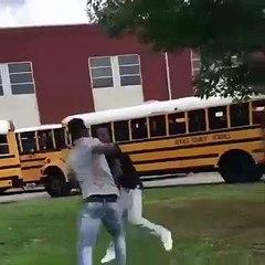 L'éducateur d'un lycée calme deux élèves en pleine bagarre
