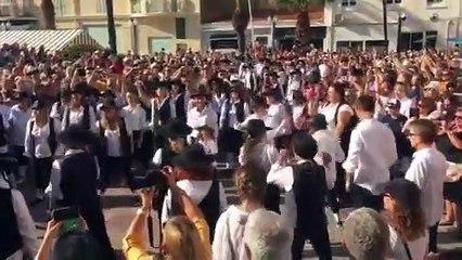 Plusieurs centaines de personnes dansent sur la musique de Rabbi Jacob à Saint-Raphaël