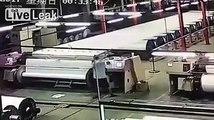 Cet ouvrier se fait aspirer dans les rouleaux géants d'une usine de papier en Chine !