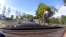 Un vélo surgit de nulle part devant cette voiture... Impossible de l'éviter