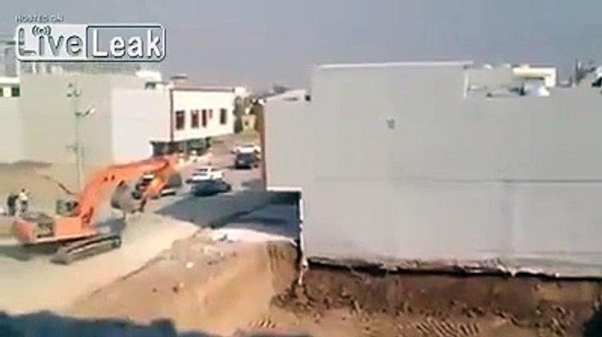 Une grue creuse trop près de l'immeuble.. qui s'effondre !!
