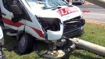 Yaralı taşıyan ambulans kaza yaptı 2 yaralı