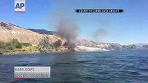Un bateau à gros moteur éteint un incendie sur la terre ferme d'une façon incroyable