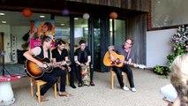 Kiefer Sutherland serenades children at hospices